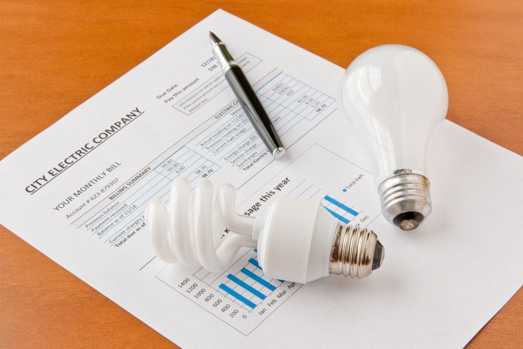Energy efficient and incandescent bulbs on electric bill